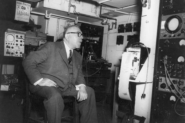 """Prof. Norbert Wiener en1955, analizando un registro de sus ondas cerebrales tomadas con un """"Auto-correlator"""""""