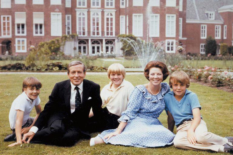 Constantino, Claus, Guillermo, Beatriz y Friso de Holanda posan en palacio el primero de enero de 1982. Así recibían un nuevo año y celebraban los casi dos que llevaban viviendo allí. La actual princesa reinó durante treinta y tres años.