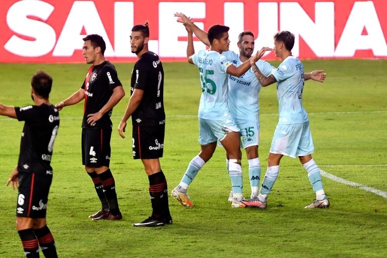 Héctor Fertoli festeja uno de sus goles frente a Newells Old Boys.