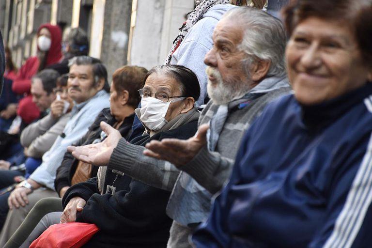 Jubilados en un banco de Rosario