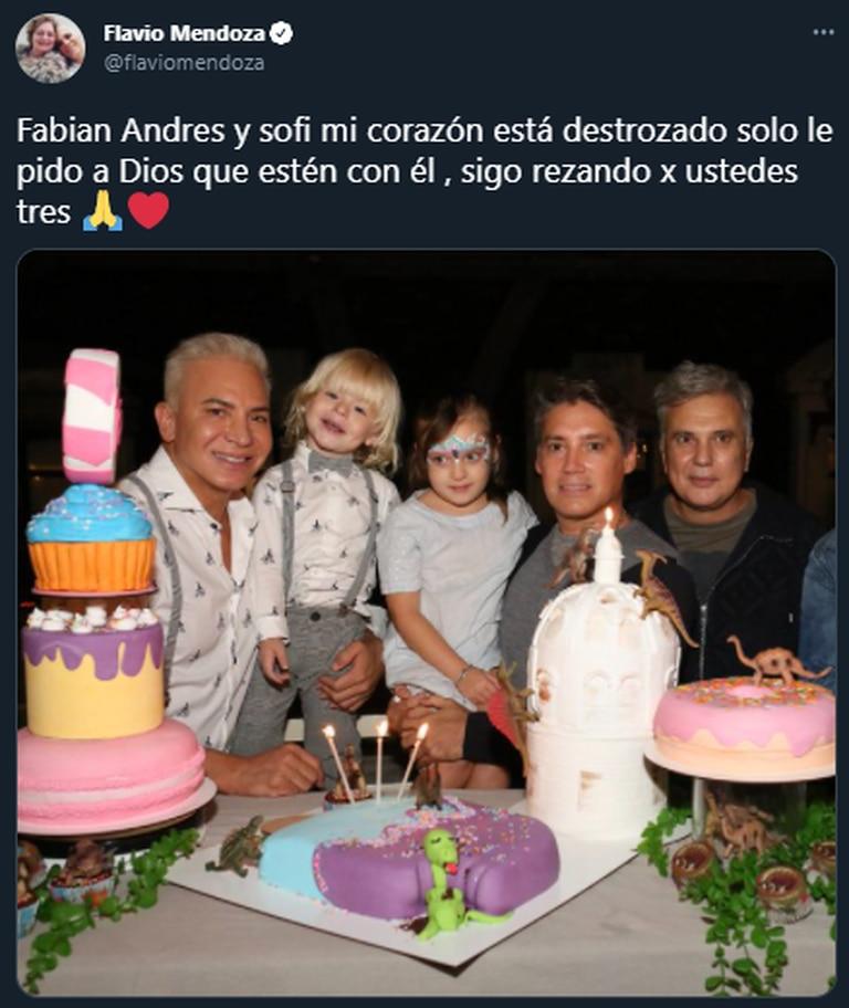 Flavio compartió una foto junto a sus amigos que se encuentran desaparecidos. Fuente: Twitter