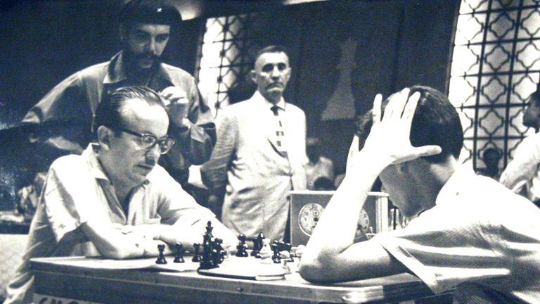 Una imagen para el recuerdo: en el Magistral Casablanca de 1964, Héctor Rosseto en una partida con el cubano García, ante la atenta mirada del Che