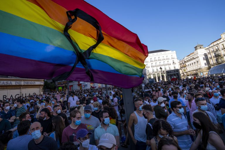 La bandera arcoíris con un listón negro ondea durante una protesta, en Madrid, por el asesinato de Samuel Luiz.