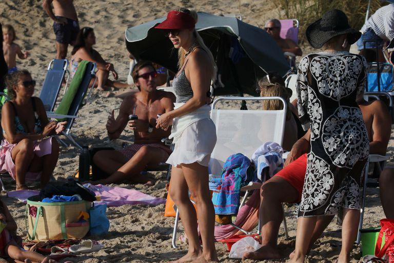 La modelo brasileña tomó sol en un día de playa muy concurrido