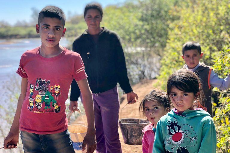 """""""Brazos cargados"""" muestra cómo una familia se mueve para conseguir agua en Santiago del Estero"""