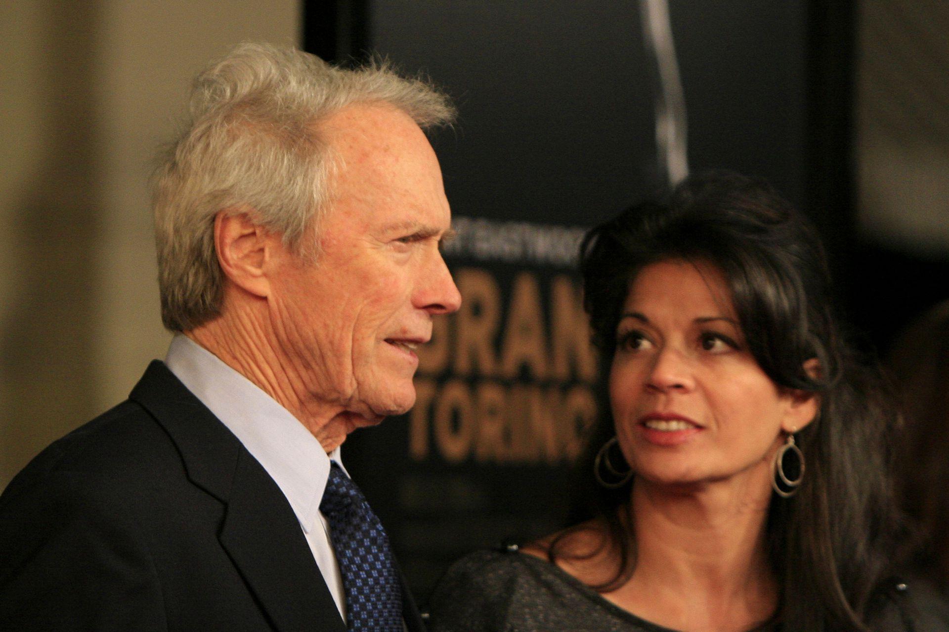 Clint Eastwood junto a Dina Ruiz, su mujer durante 17 años