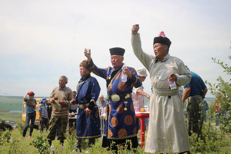 Chamanes orando y ofrendando tarasun en una ceremonia, en julio