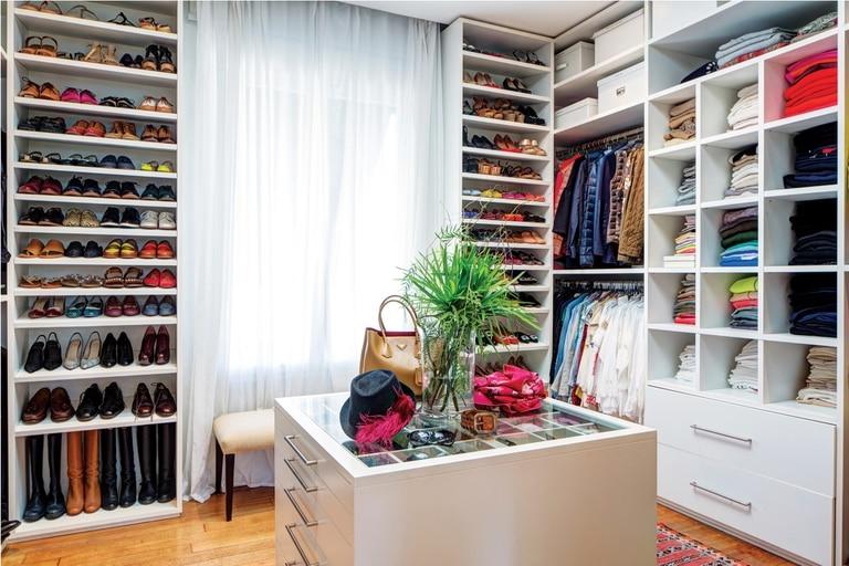 El walking closet, espacioso y con isla para accesorios incluída, es la perdición de cualquiera. Allí se atesoran miles de modelos de De María, su exclusiva marca, que cumple 20 años y es una de las favoritas de la primera dama, Juliana Awada.