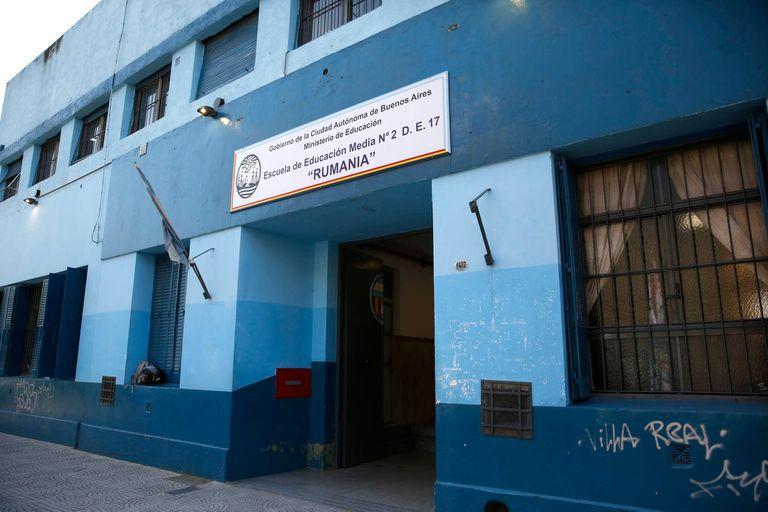 La Escuela de Educación Media (EEM) N° 2 Rumania, ubicada en el barrio porteño de Villa Real, cerca de Fuerte Apache