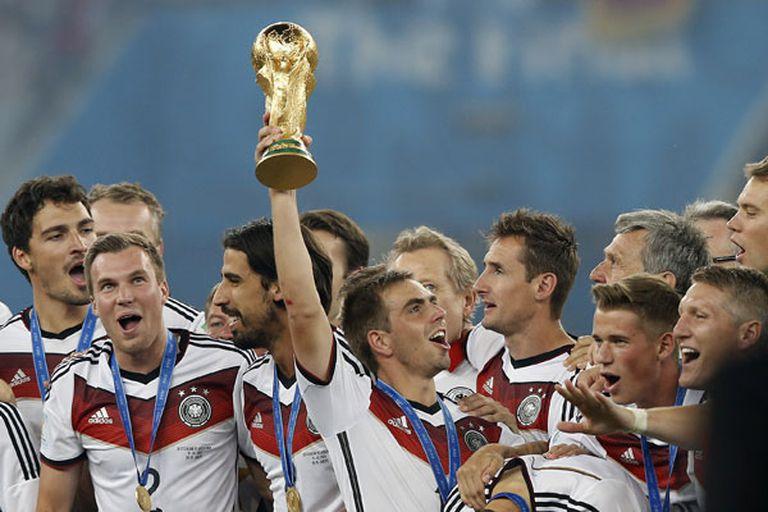 Fritz Walter en 1954; Franz Beckenbauer en 1974, Lothar Matthäus en 1990... y Philipp Lahm en 2014, el póquer de capitanes alemanes campeones del mundo. Galería de honor