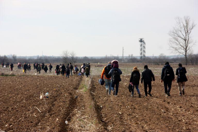 Los migrantes caminan hacia la frontera entre Turquía y Grecia