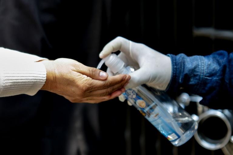 (200317) -- CIUDAD DE MEXICO, 17 marzo, 2020 (Xinhua) -- Personal de seguridad ofrece gel antibacterial a una persona como medida de prevención contra el nuevo coronavirus (COVID-19) en la entrada del Senado de la República, en la Ciudad de México, capital de México, el 17 de marzo de 2020. El ministro de Seguridad y Protección Ciudadana de México, Alfonso Durazo Montaño, informó el martes que en México no es momento para que cierre sus fronteras como lo han hecho ya varios países para frenar la expansión de la COVID-19. (Xinhua/Francisco Cañedo) (fc) (ra) (ce)