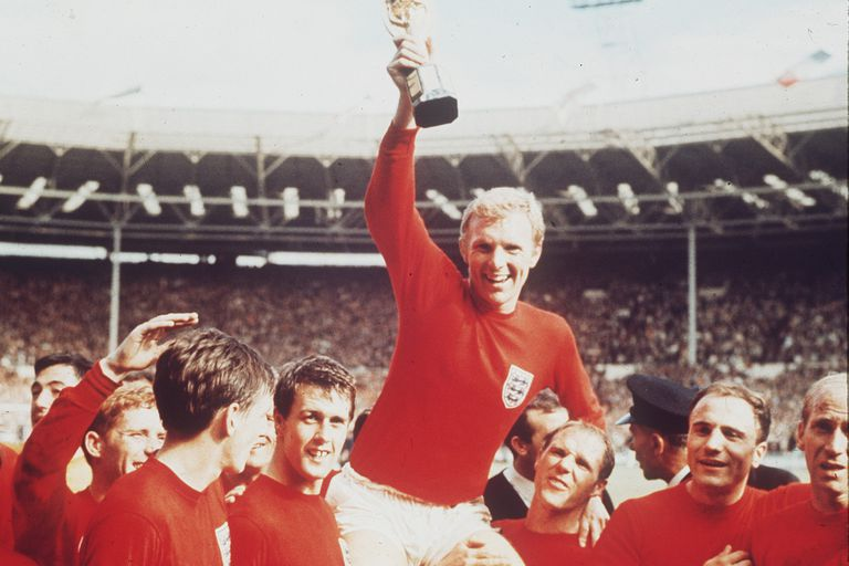 Bobby Moore, el capitán inglés con la Copa Jules Rimet en alto; en 1966 Inglaterra tocó la gloria, y comenzaría el calvario