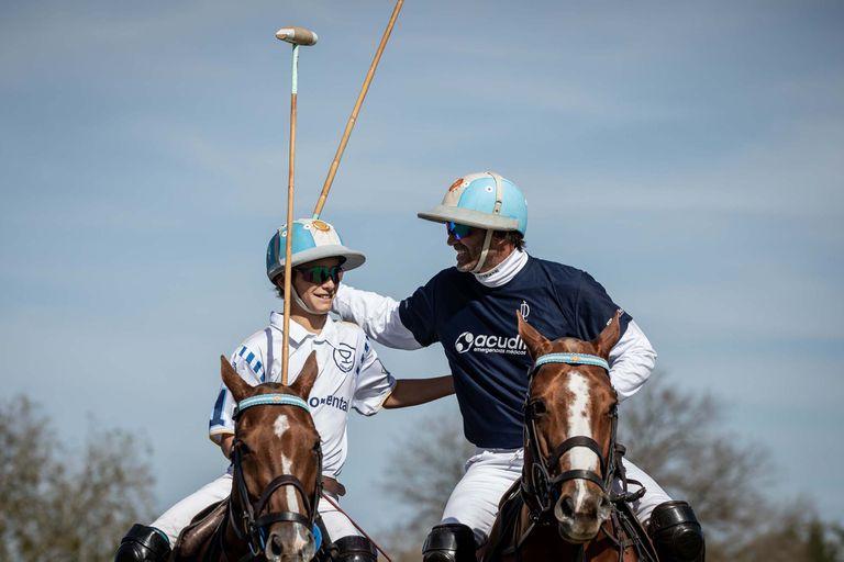 Los Cambiaso, Poroto y Adolfito, con el casco argentino