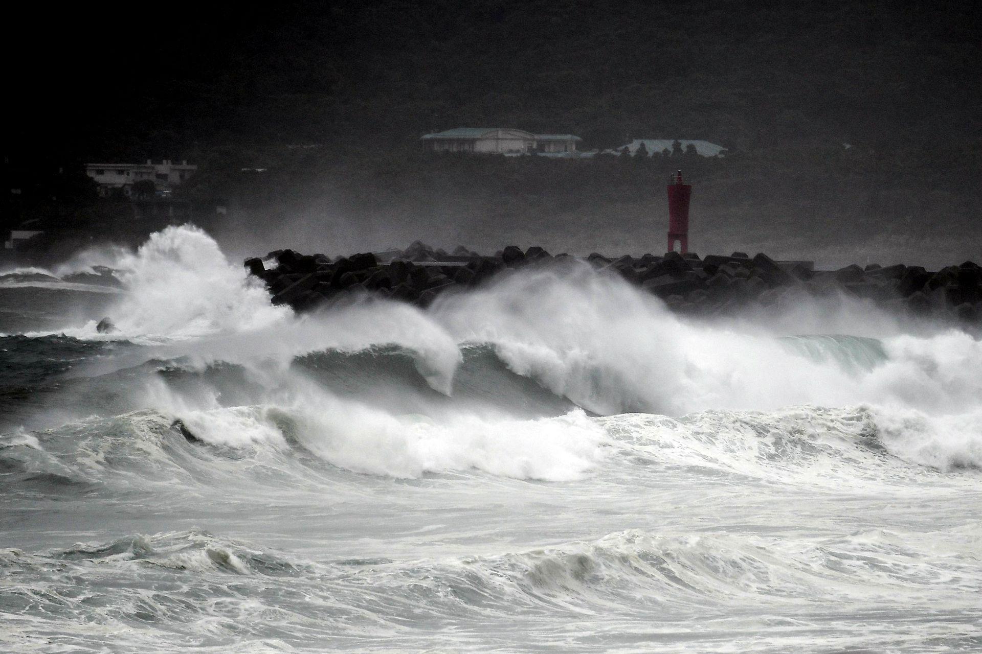 La Agencia Meteorológica de Japón advirtió a los residentes que permanezcan alerta por la posibilidad de crecidas de los ríos, marejadas ciclónicas, inundaciones y deslizamientos de tierra.