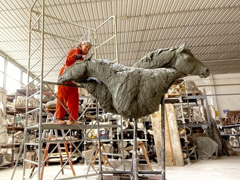 De 2,50 metros de largo, 2,30 de alto y 75 de ancho, la escultura de Vivianne Duchini pesa unos 400 kilos; en abril de 2022 se instalará por 7 meses en Venecia