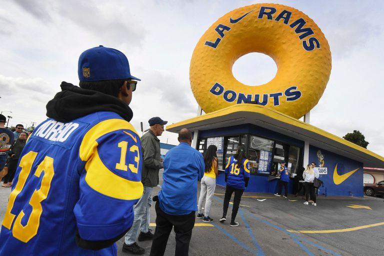 Hinchas de Rams hacen cola frente al icónico Randys Donuts Inglewood, ésta noche se juega la Final del Super Bowl 2019 Los Ángeles Rams vs New England Patriots