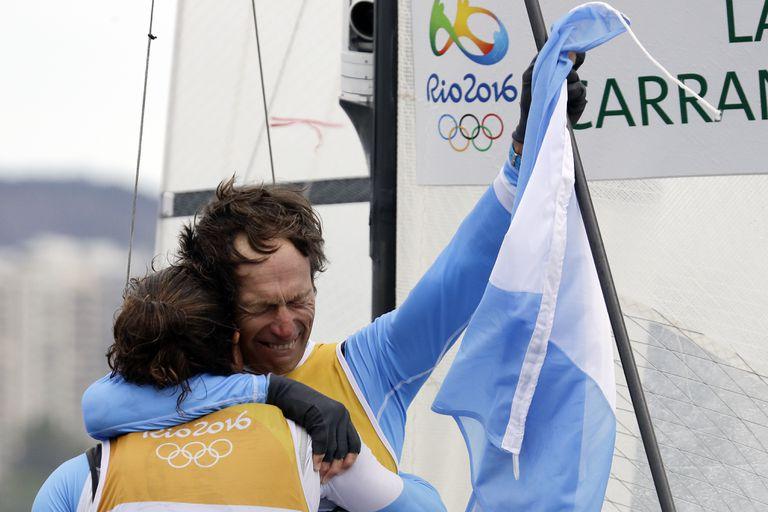 ARCHIVO - En esta foto del 16 de agosto de 2016, el velerista argentino Santiago Lange (derecha) abraza a Cecilia Carranza Saroli tras quedar primeros en la regata mixta Nacra 17 en los Juegos Olímpicos de Río de Janeiro. (AP Foto/Gregorio Borgia, archivo)
