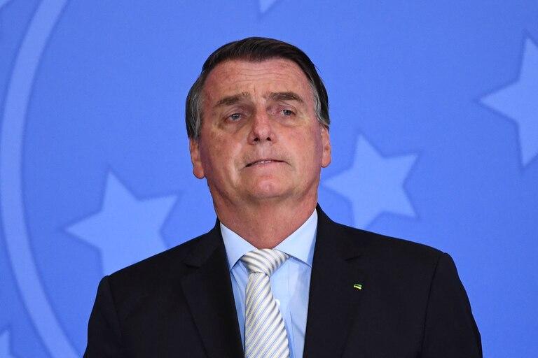 El presidente brasileño Jair Bolsonaro se opuso a uso de barbijos y a las medidas de distanciamiento social, y comparó al coronavirus con una lluvia que cae sobre mucha gente y ahoga a unos pocos