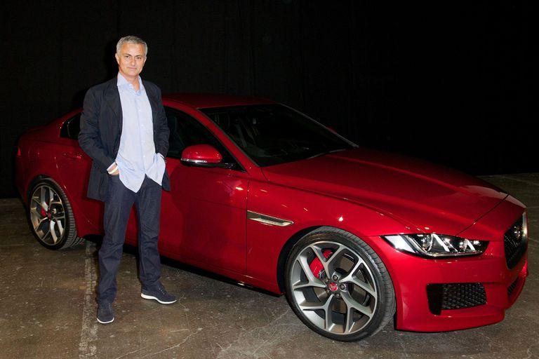 Los autos de Mourinho: su primer Renault, la Ferrari y el tweet de Jaguar