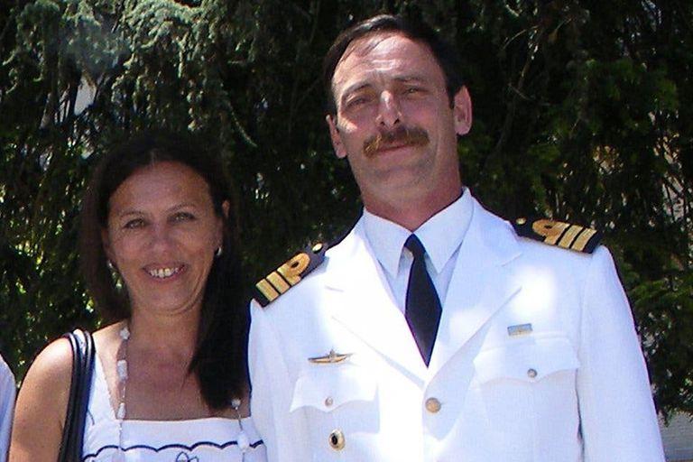 El capitán de fragata Marcelo Toulemonde junto a su esposa