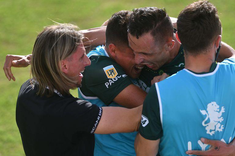 Marcelo Benitez festeja el primer gol de Defensa y Justicia ante Vélez con Beccacece, Bou y Gallardo, en un partido por la séptima fecha de la Copa de la Liga Profesional (LPF).