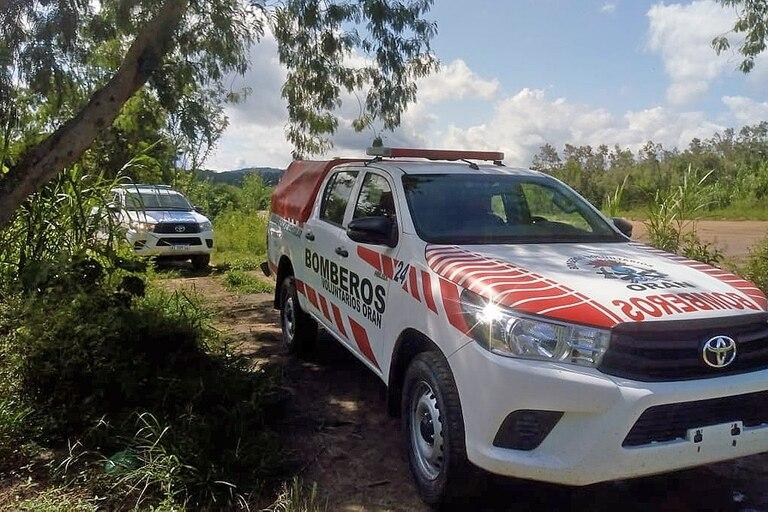Bomberos de Orán en el rastrillaje por los desaparecidos en la frontera, en la zona de Aguas Blancas