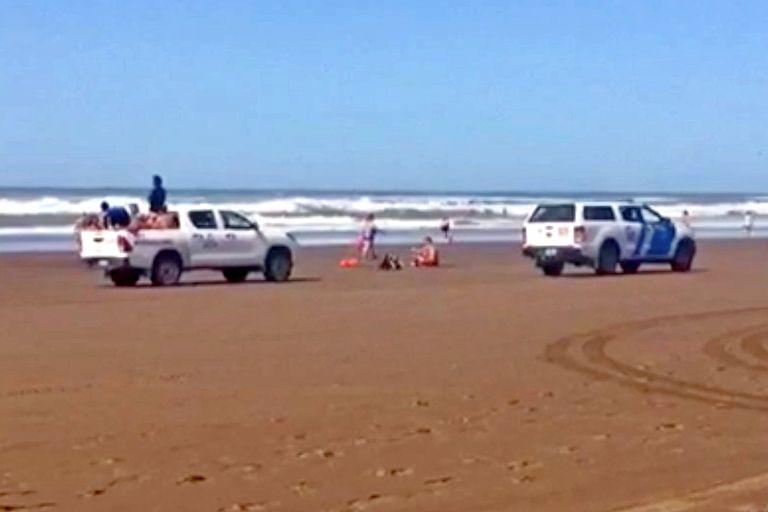 Un móvil de Prefectura patrulla la playa en busca del nadador