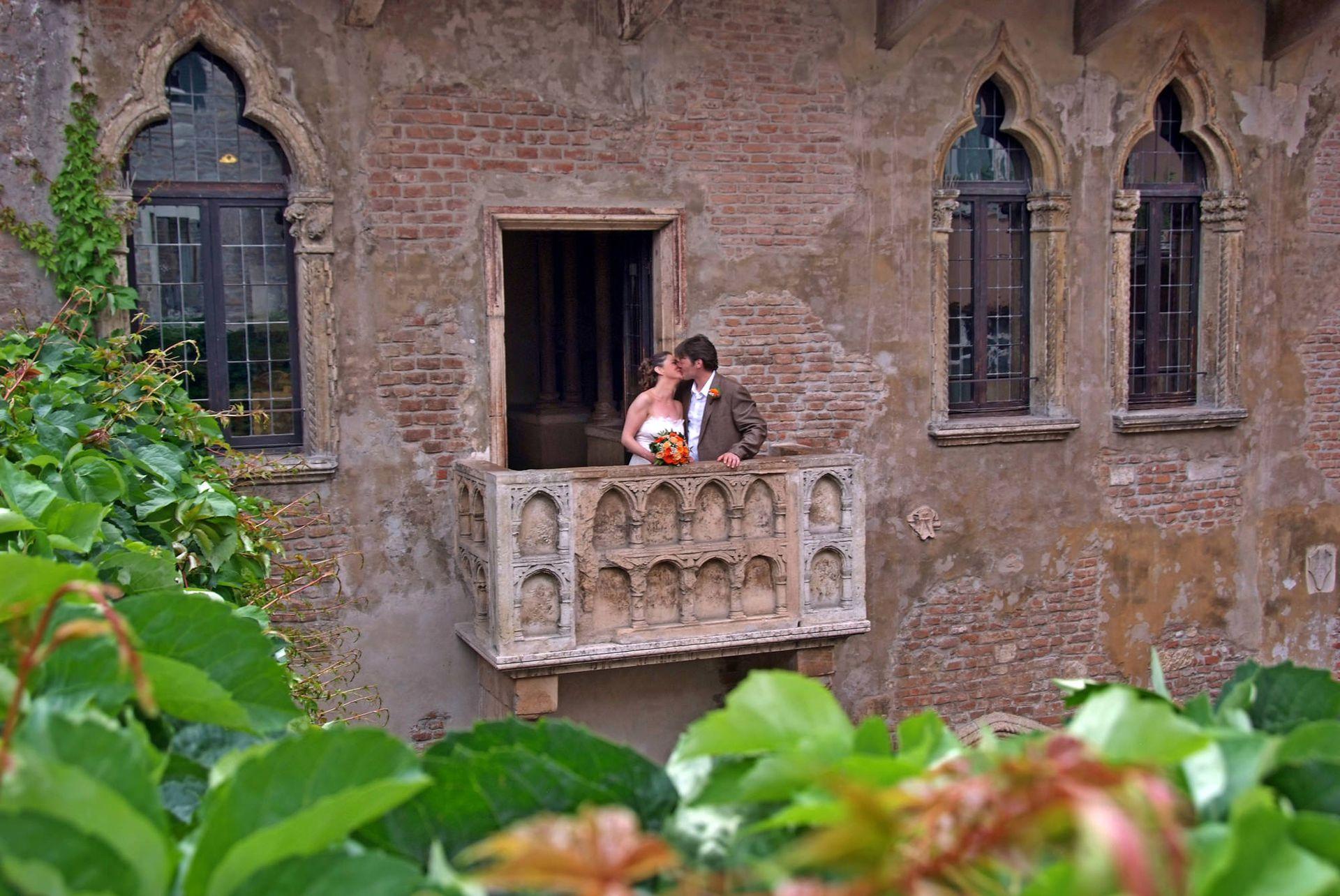 Muchos jóvenes organizan su boda aquí y se fotografían juntos en el famoso balcón.