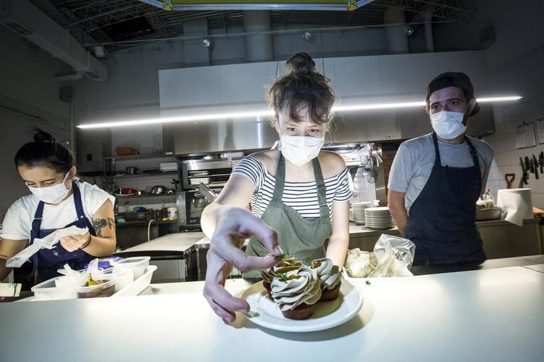 Micaela Najmanovich, al frente de Anafe, prepara un paté sobre financier de castañas de cajú y chutney de peras, uno de los platos más pedidos