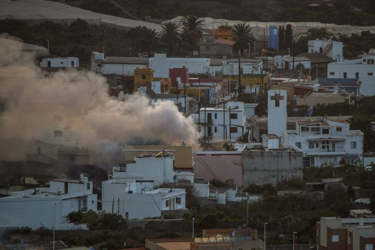 La lava avanza sin freno y se devora un pueblo en las Canarias