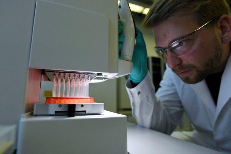 Un empleado de la compañía farmacéutica CureVac trabajando en el desarrollo de la vacuna contra el coronavirus, en un laboratorio en Tuebingen, Alemania
