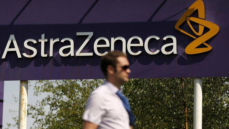 AstraZeneca es el laboratorio que está trabajando en la vacuna junto a la Universidad de Oxford, en Reino Unido.