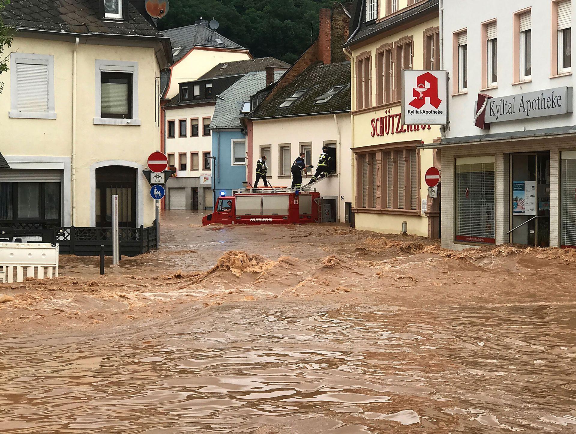 Bomberos trabajando en el rescate de personas en el peor momento de la inundación