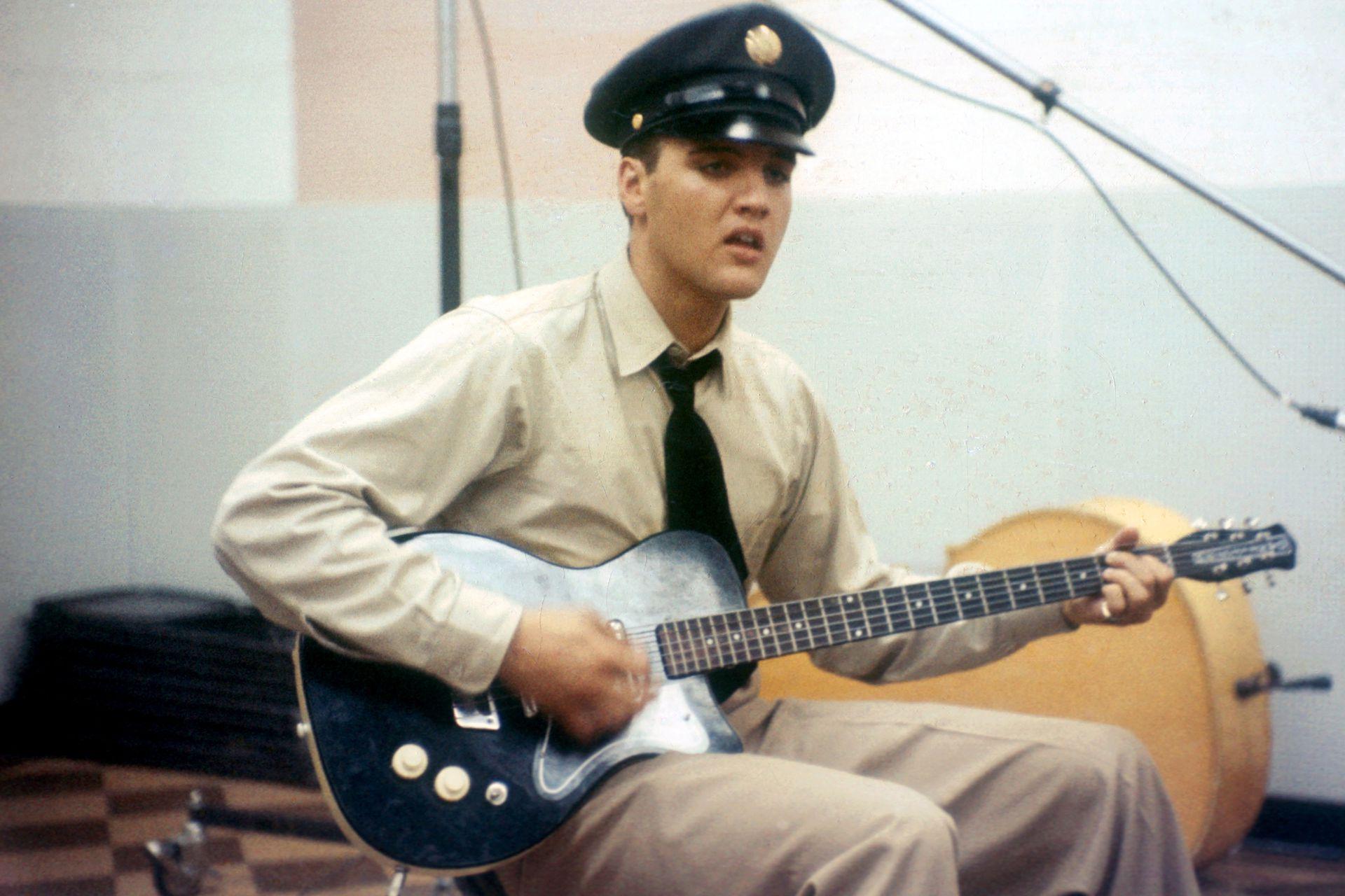 Elvis Presley despunta el vicio con su guitarra mientras cumple con el servicio militar en Berlín, Alemania