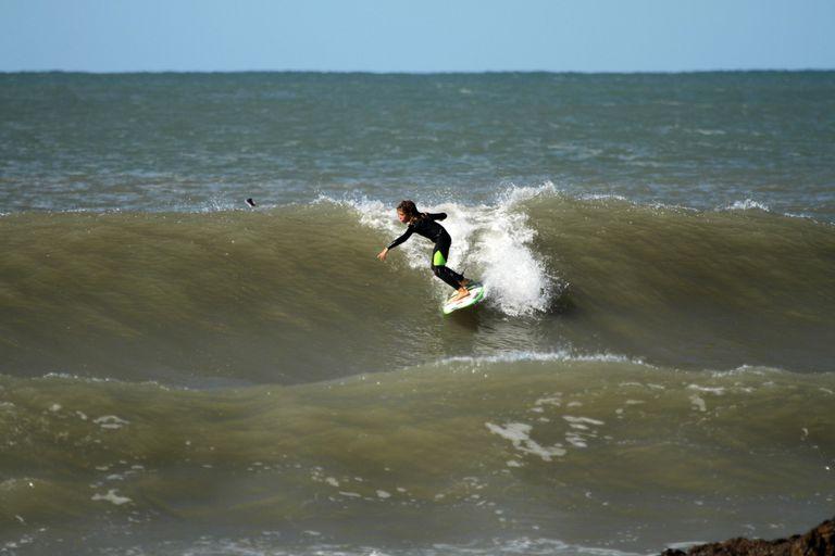 Simón Siri, de nueve años y 1,40m, domó olas el doble que su altura. Es el futuro. Su padre Maxi, cinco veces campeón argentino, lo guió