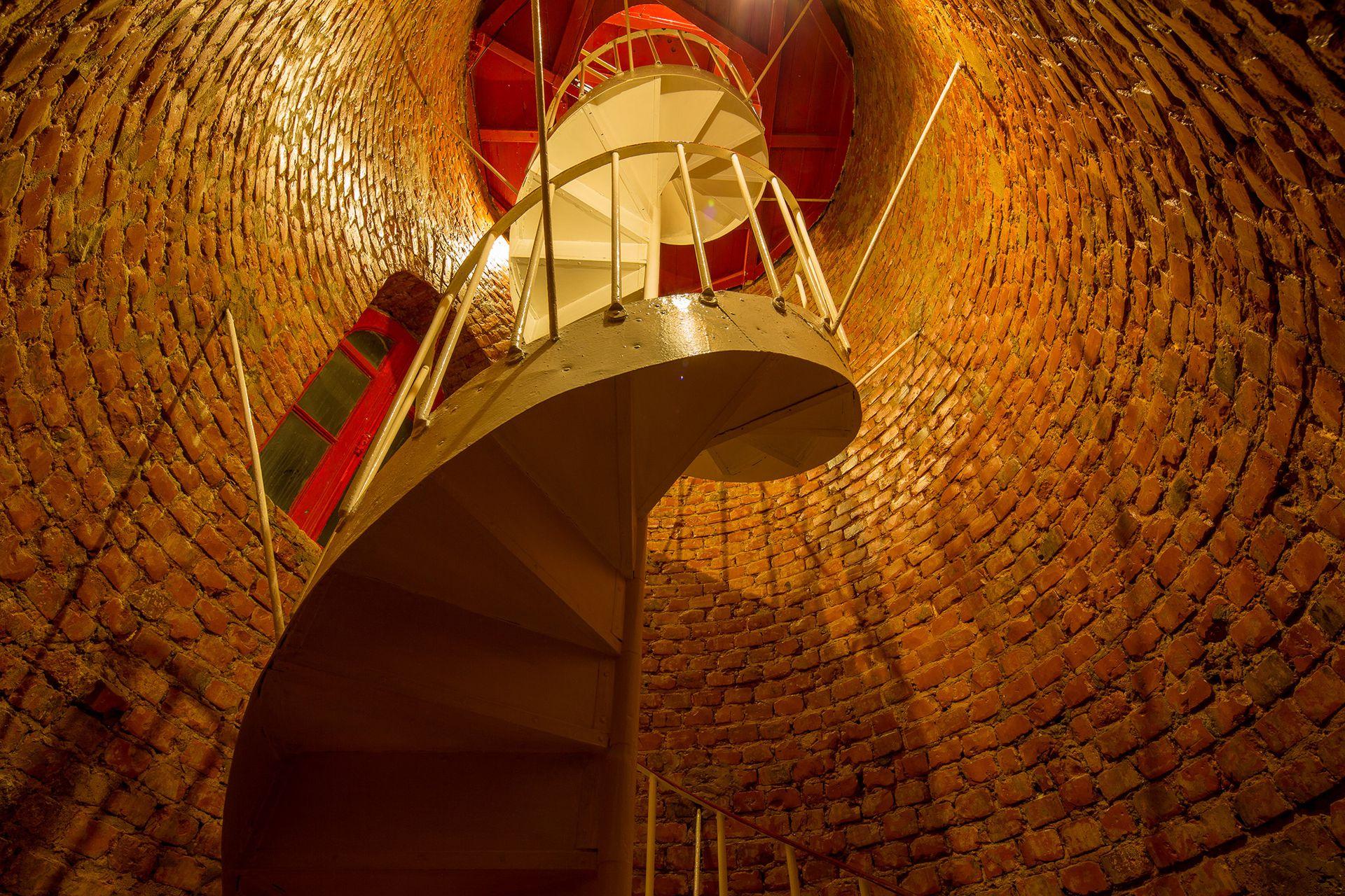Escalera caracol en el interior del faro de Punta Delgada, en Península Valdés.