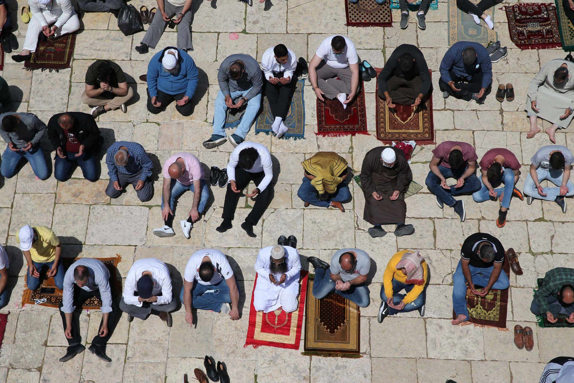 Hombres musulmanes realizan oraciones frente al Domo de la Roca, en la Ciudad Vieja de Jerusalen