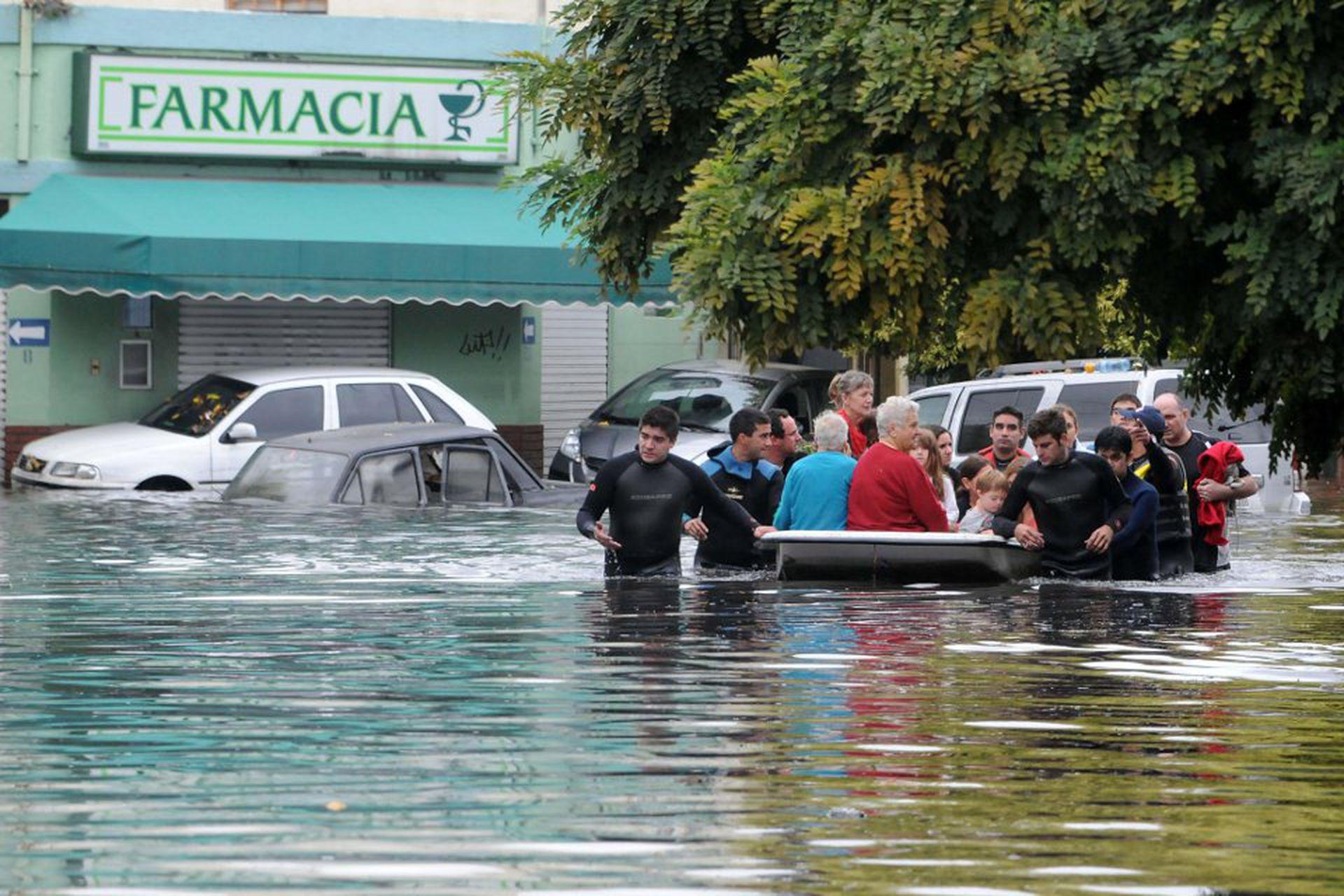 En calle 7 y 531, a pocas cuadras del centro de La Plata, el agua superó el metro de altura; los vecinos, que pasaron la noche sin ayuda, fueron evacuados a la mañana