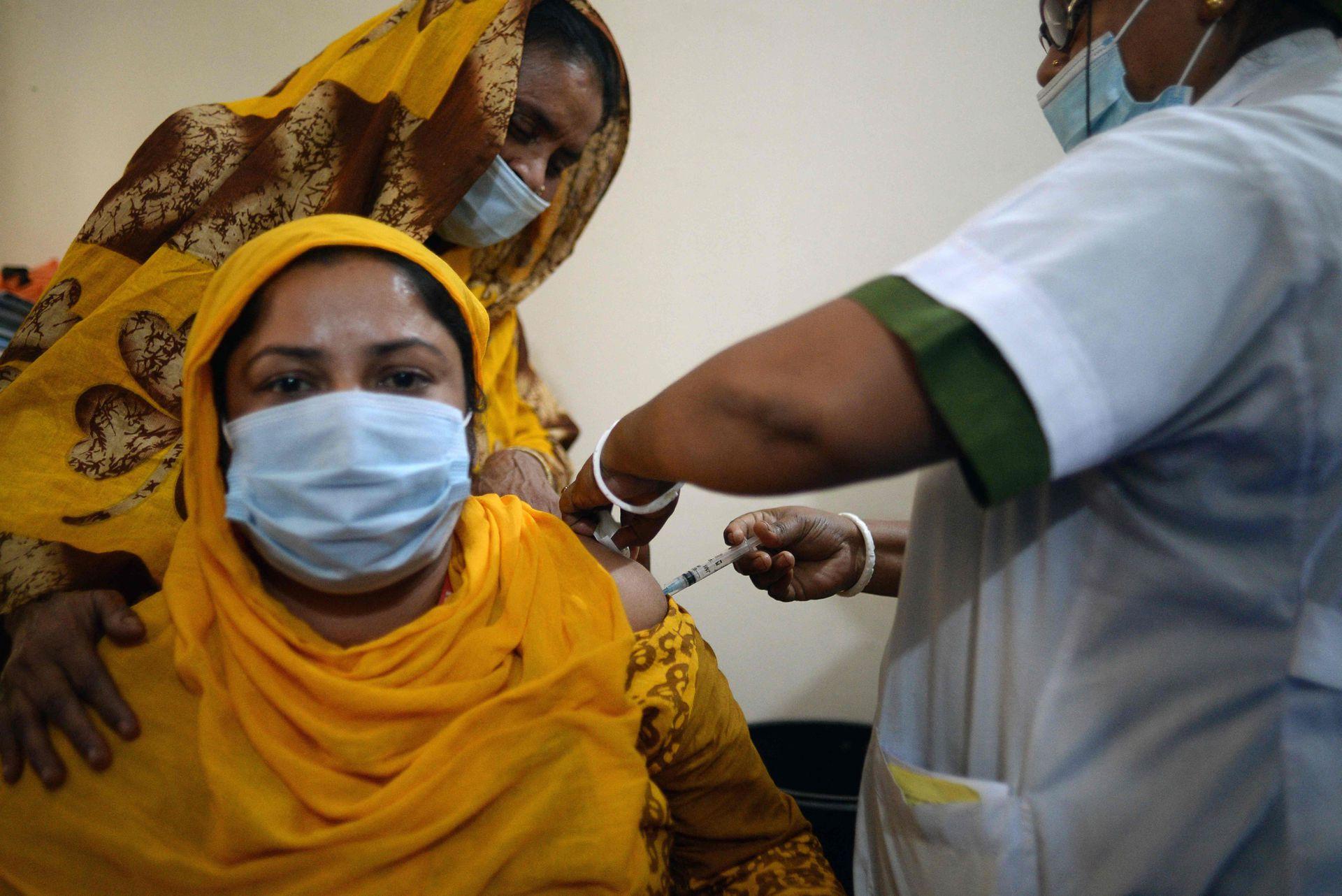 BANGLADESH : Una trabajadora recibe una dosis de la vacuna Covid-19 en Daulatdia, el 3 de marzo de 2021.