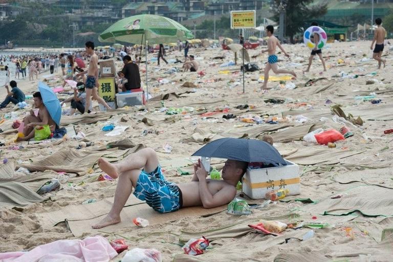 La playa de Dameisha todos los años acumula 362 toneladas de basura.