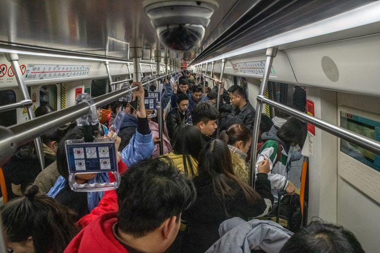 Una cámara de vigilancia en el techo de un vagón de metro lleno en Zhengzhou, China, el 14 de diciembre de 2019