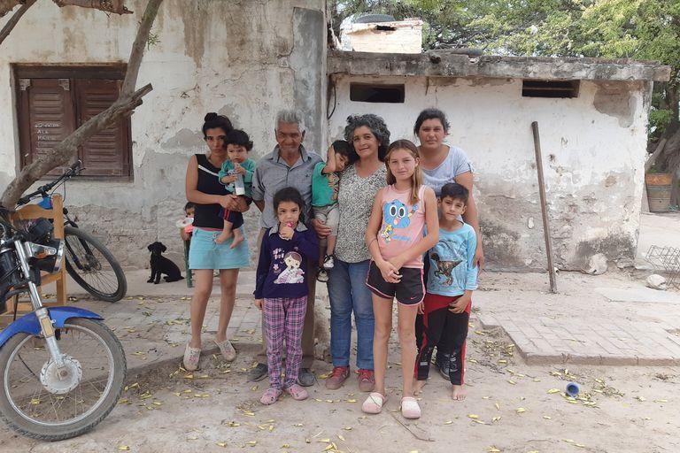 Otilia (centro) con su marido y algunos de sus hijos y nietos, en la puerta de su casa en Añatuya, Santiago del Estero