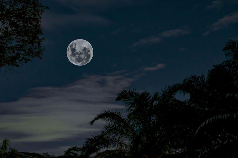 La Luna se separa del globo unos 3.8 centímetros por año. Uno de los efectos del fenómeno es que los días se alargan: en 100 años, durarán 2 milisegundos más.