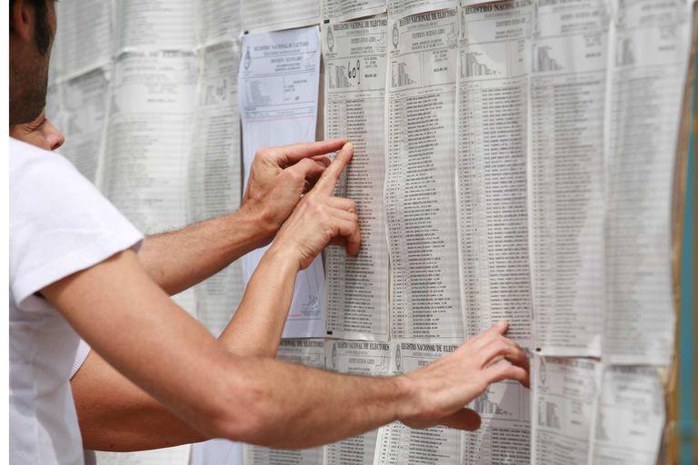 Para evitar las aglomeraciones frente al Padrón Electoral en los centros de votación, las autoridades piden verificar los datos de antemano.