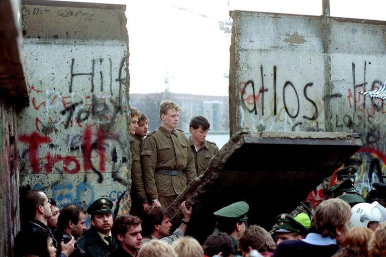 El Muro de Berlín cayó el 9 de noviembre de 1989; con él empezó a colapsar el comunismo en Europa y cambió el mapa político mundial.