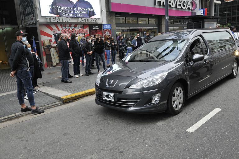 Compañeros, allegados y amigos despidieron los restos del empresario cuando el cortejo fúnebre se detuvo en el Teatro Astros