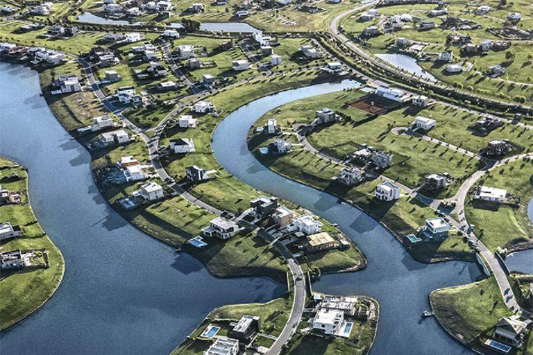 Una vista aérea de Puertos del Lago, donde buscan al joven que se cayó de un kayak ayer por la tarde