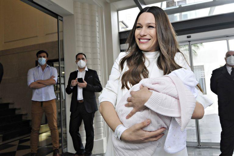 Pampita y su marido Roberto garcia Moritan saliendo con su hijo del sanatorio Otamendi.