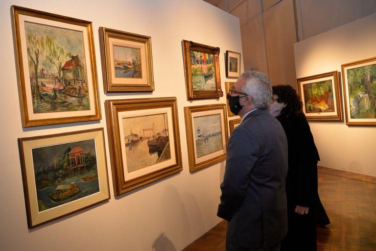 En las salas donde se exhibe la donación Franck hay un área de pinturas dedicadas al paisaje del delta; en la imagen, el intendente de Tigre, Julio Zamora, y la directora del MAT, Graciela Arbolave